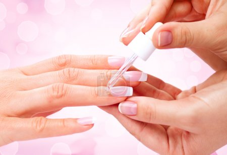 Photo pour Manucure, mains spa huile de cuticule. Beau plan rapproché de mains de femme - image libre de droit