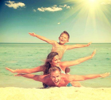 Photo pour Famille heureuse, s'amuser à la plage. Joyeuse famille - image libre de droit