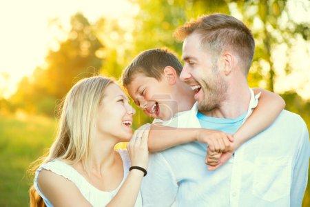 Photo pour Joyeux joyeux jeune famille s'amuser en plein air - image libre de droit