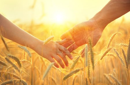 Couple prenant les mains et marchant
