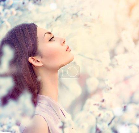 Photo pour Printemps fille de la mode portrait en plein air dans les arbres en fleurs - image libre de droit