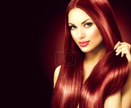 Photo pour Belle femme touchant ses longs cheveux raides brillants - image libre de droit