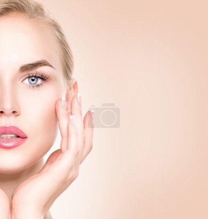 Photo pour Portrait de femme de Spa. Belle fille de toucher son visage - image libre de droit