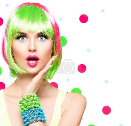 Photo pour Surprise beauté mannequin fille avec des cheveux colorés teints - image libre de droit