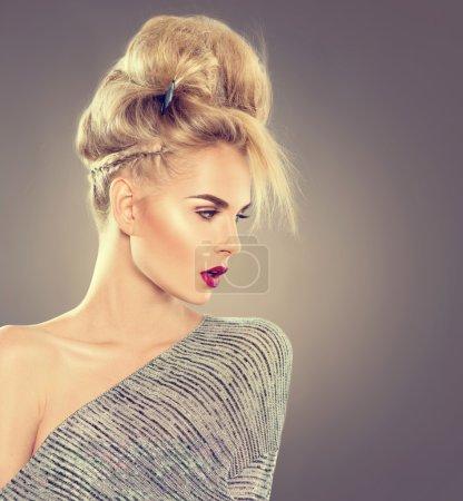 Photo pour Haute couture modèle portrait de jeune fille avec chignon coiffure - image libre de droit