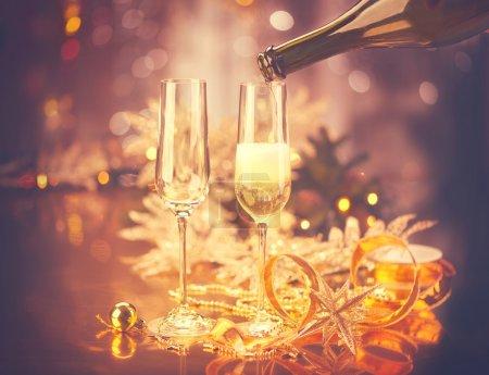 Photo pour Célébration de Noël. Table d'hôtes décorée de nouvel an. Vintage tonifié - image libre de droit