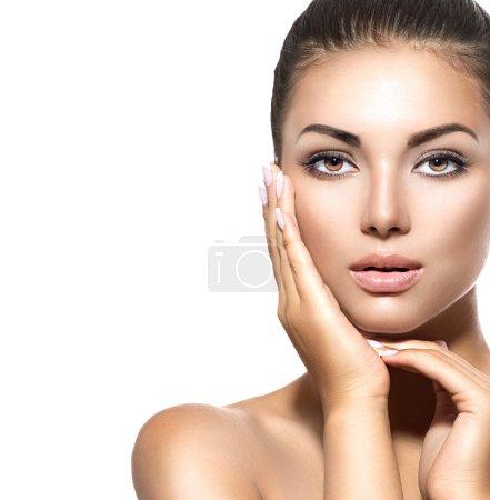 Photo pour Portrait de la beauté. Femme brune belle spa toucher son visage - image libre de droit