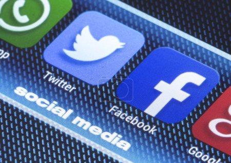 Photo pour Belgrade - icônes la médias sociaux populaires du 11 juillet 2014 facebook twitter et l'autre sur l'écran du téléphone intelligent bouchent - image libre de droit