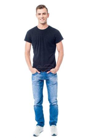 Photo pour Homme décontracté souriant avec les mains dans les poches - image libre de droit