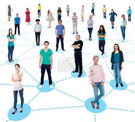 Photo pour Gens diversifiés de réseautage - image libre de droit