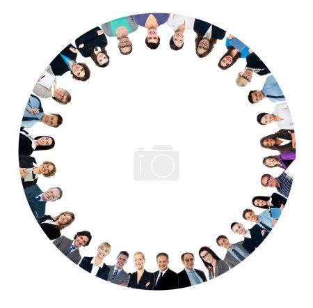 Photo pour Groupe de gens d'affaires formant un cercle, vue à faible angle - image libre de droit