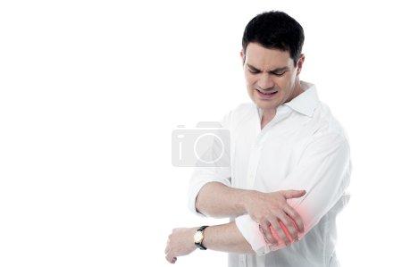 Photo pour Jeune homme souffrant de douleur au coude, isolé sur blanc - image libre de droit