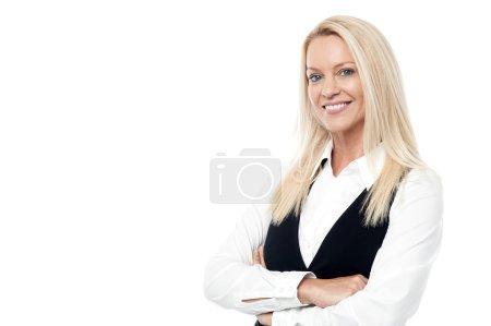 Photo pour Femme d'affaires souriante avec les bras croisés - image libre de droit