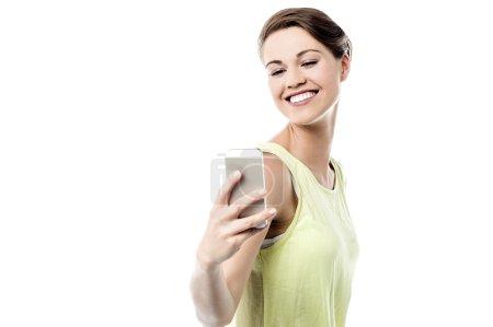 Photo pour Femme heureuse prenant selfie sur son smartphone - image libre de droit