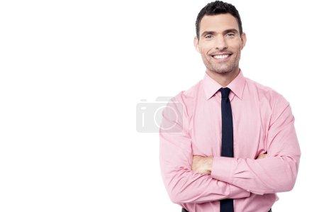 Photo pour Exécutif masculin confiant posant avec les bras croisés - image libre de droit