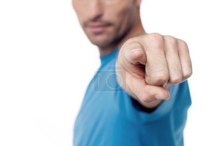 Photo pour Homme décontracté pointant vers la caméra, image recadrée . - image libre de droit