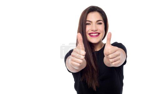 Photo pour Jeune femme faisant pouce geste par deux mains - image libre de droit