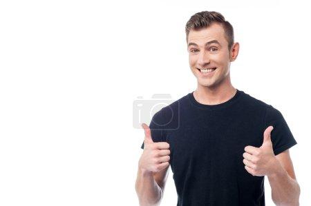 Foto de Hombre sonriente mostrando doble pulgar arriba gesto - Imagen libre de derechos