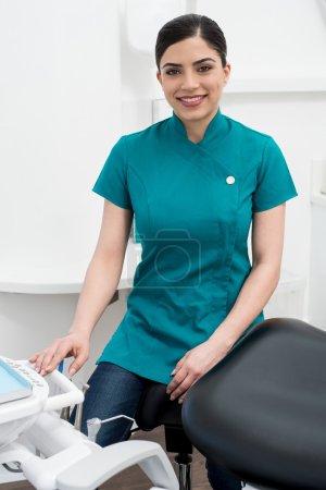 Photo pour Assistante féminine assise dans un cabinet dentaire - image libre de droit