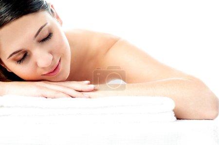 Photo pour Jolie femme appréciant son traitement spa au salon de spa - image libre de droit