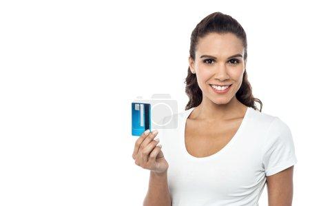 Photo pour Jeune femme tenant une carte de crédit sur fond blanc - image libre de droit