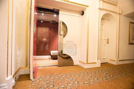 Photo pour Intérieurs de style rétro d'un immeuble, porte d'entrée au lobby de l'hôtel - image libre de droit