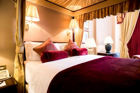 Photo pour King size chambre double soignée à l'hôtel - image libre de droit