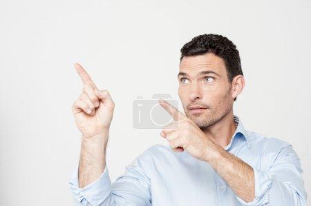 Photo pour Attrayant homme d'âge moyen pointant vers le côté - image libre de droit