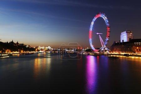 Photo pour Londres - 11 juin 2015 : Vue de nuit de London Skyline inclut London Eye. London Eye est une attraction touristique célèbre à une hauteur de 135 mètres (443 pieds) et la plus grande roue Ferris en Europe - image libre de droit