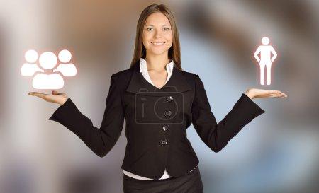 Photo pour Femme avec un peuple humain d'icônes et commandes - image libre de droit
