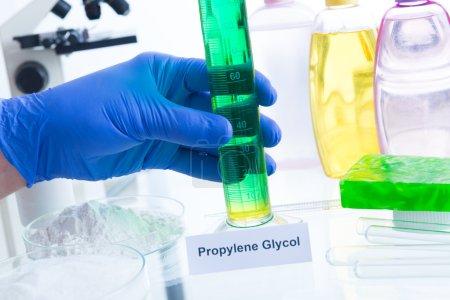 Photo pour Additifs nocifs dans les cosmétiques. Laboratoire avec des substances chimiques. - image libre de droit
