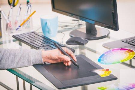 Photo pour Concepteur à l'aide de tablette graphique au bureau - image libre de droit