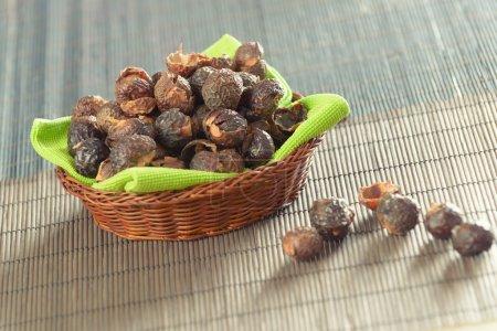 Photo pour Panier de noix de savon, détergent naturel bio. - image libre de droit