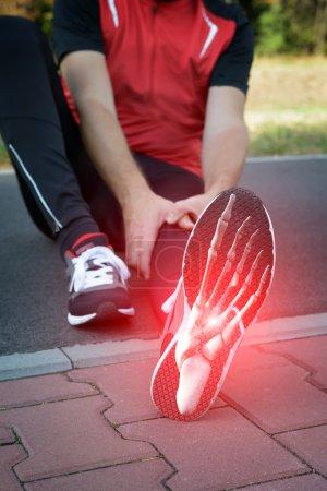 Photo pour Homme coureur extérieur avec composite numérique des os du pied - image libre de droit