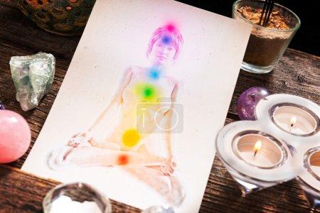 Photo pour Chakras illustrées sur le corps humain avec des cristaux naturels - image libre de droit