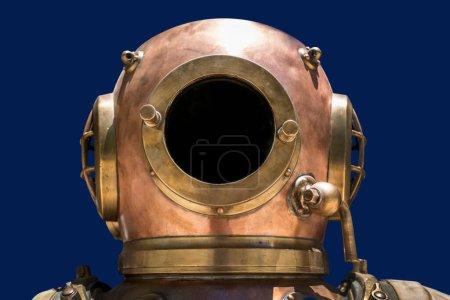 Photo pour Casque de plongée vintage en cuivre et laiton. Isolé - image libre de droit
