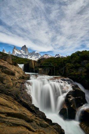 cascada con vistas al monte Fitz Roy