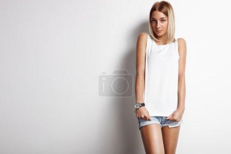 Photo pour Belle femme portant un haut blanc sur fond blanc - image libre de droit