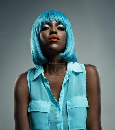 Photo pour Femme noire aux cheveux bleus - image libre de droit