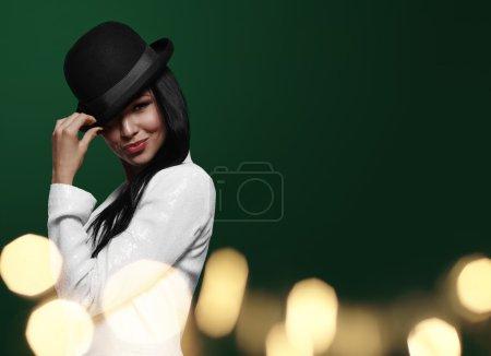 Femme élégante portant un chapeau