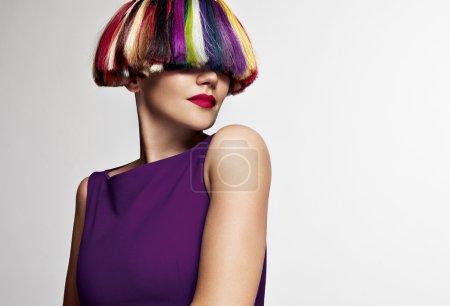 Photo pour Femme avec arc-en-ciel cheveux colorés créatifs - image libre de droit