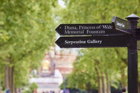 Photo pour Panneau à Kesington Gardens, Londres, Royaume Uni, avec flèche de Diana, princesse de Galles Memorial Fountain et de la Serpentine Gallery. - image libre de droit