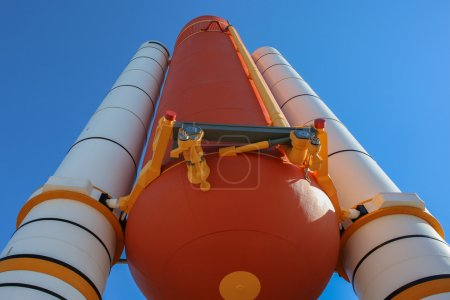 Photo pour Le Space Shootle Atlantis boosters et réservoirs de carburant devant le bâtiment de la mission Atlantis à Kennedy Space Center - Orlando - Floride - pris le 19.11.2014 par Michal Adamowski - image libre de droit