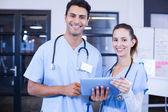 Lékaři pomocí tabletu a usmívá se
