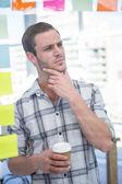 Promyšlené bederní muž s kávou