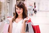 šťastná žena hospodářství nákupní tašky