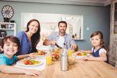 Y rodina s jídlem na jídelní stůl