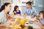 Rodina mluví při snídani