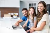 Rodina s laptop doma