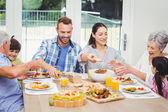 Rodina má jídlo na jídelní stůl